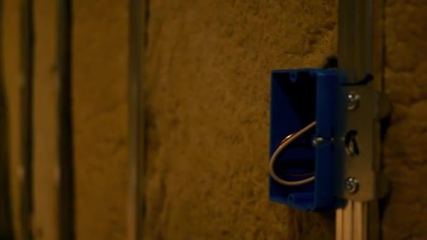 Fotoaparát pánve přes nedokončený suterénu odkryté elektrické pole