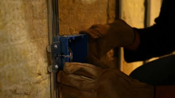 Zhotovitel zjistí odkryté zásuvky v nedokončené suterénu