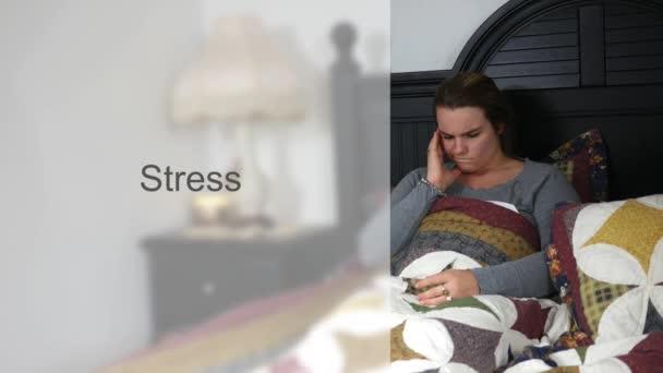 Ustaraná manželka mladá dvacátých let v posteli typografie - stres verze