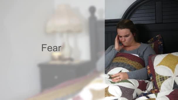 Ustaraná manželka mladá dvacátých let v posteli typografie - strach verze