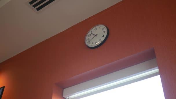 Obecný nástěnné hodiny tikají pomalu moderní zdi