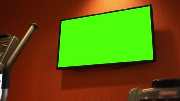 Zelená obrazovka televize v moderním pokoji na stěnu v tělocvičně