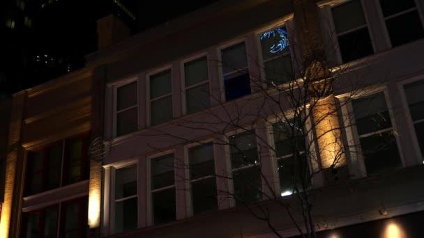Domy Wiersz W Centrum Aglomeracji Z Nowoczesne Oświetlenie W Nocy