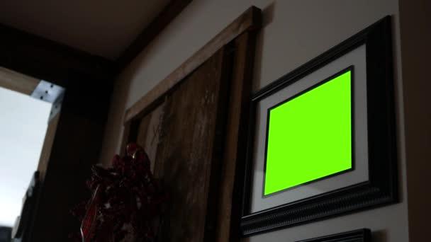 Egy zöld képernyő fekete képkeret ország falon