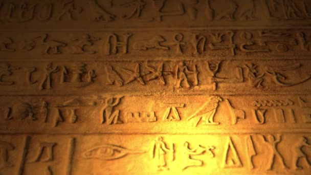 Starověké egyptské nápisy uvnitř hrobky pyramid osvětlena svíčka