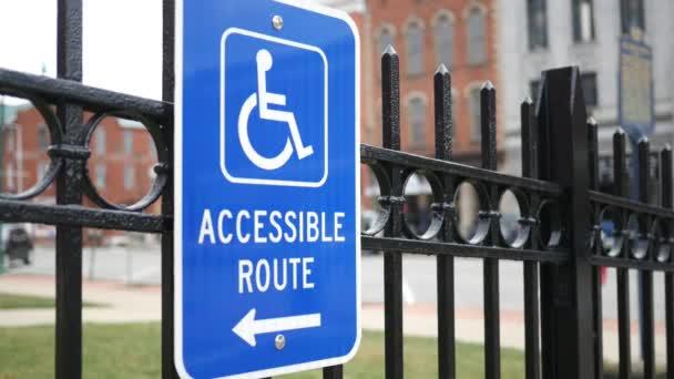 Handicap Zugängliches Schild in der Kleinstadt