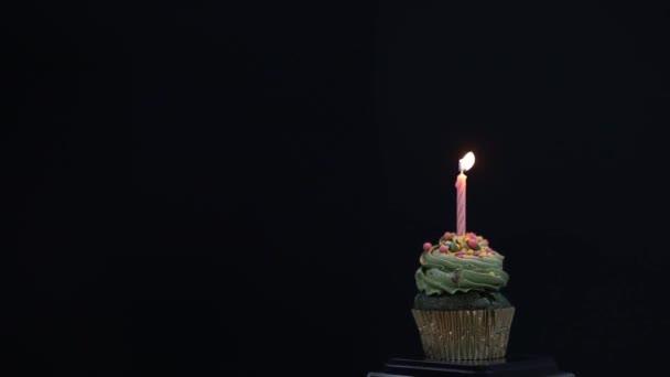 Kupa torta és boldog születésnapot szöveg képernyőn háttér. Születésnapi sütemény egyetlen piros gyertyával.