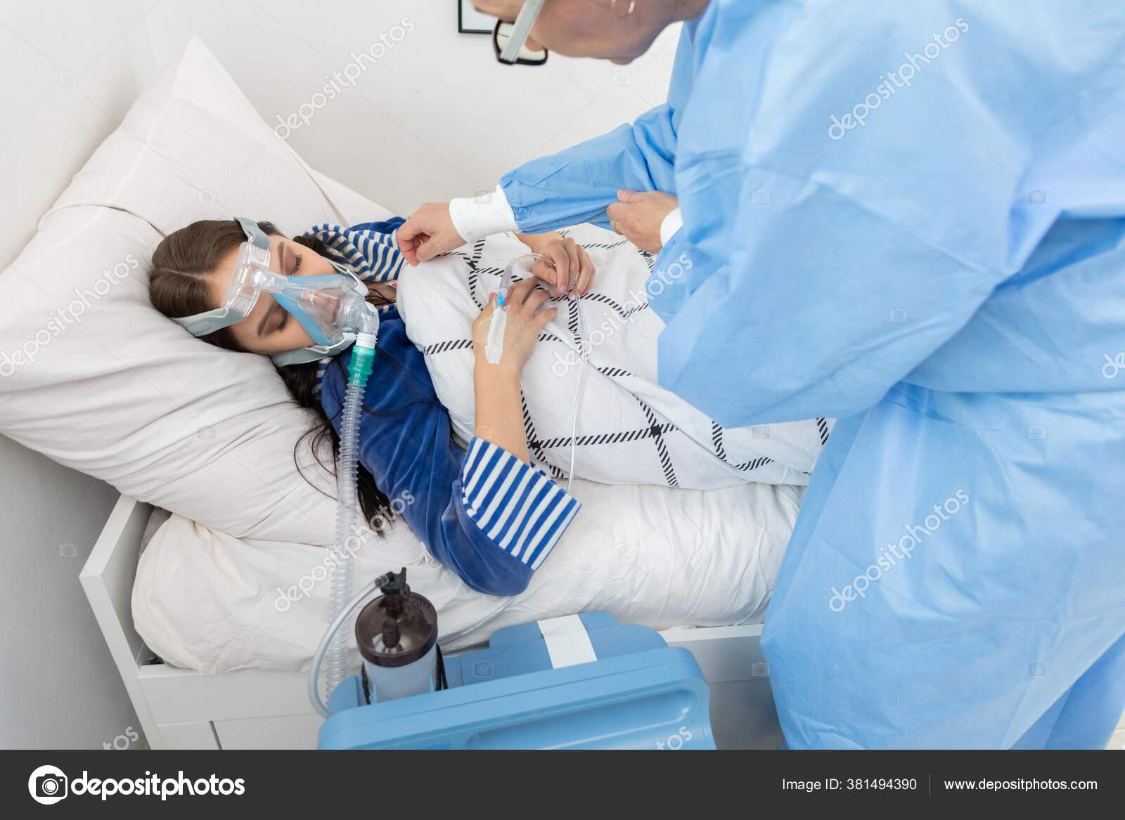 Teenager wird von einem Arzt untersucht