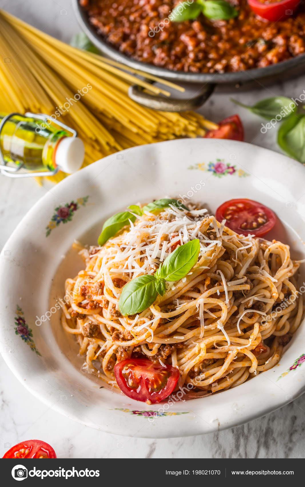 Spaghetti Alla Bolognese Con Ingredienti Basilico Tomatoesparmesan
