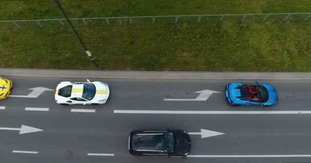 Režie letecký snímek Ferrari běžící na město silnice