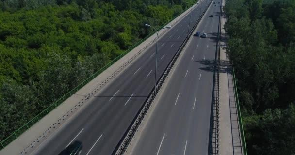 Letecký pohled na auta na dálnici
