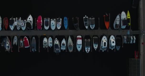 Yachtreihen im Hafen. Luftaufnahme: Gdynia, Polen