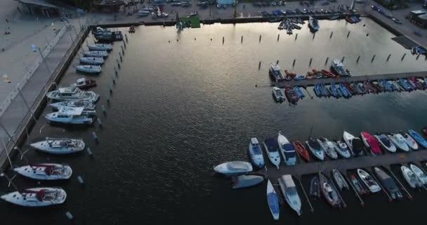 Jachty zaparkované v přístavu. Letecká Drone Shot