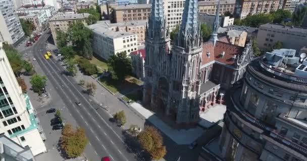 Letecký náklon nahoru. St. Nicholas římskokatolická katedrála: Kyjev, Ukrajina