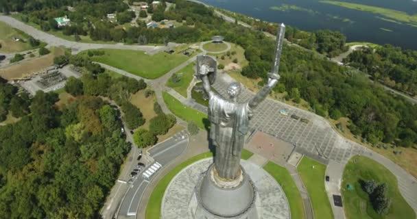 Blick auf das Mutterland-Denkmal. Verlangsamung der Neigung: Kiew, Ukraine