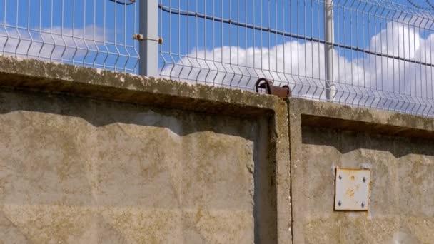 kerítés oncrete, a szögesdrót és a megfigyelő kamera