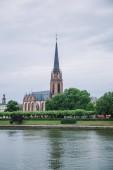Frankfurt, Deutschland - 28. Juni 2018: schöne Frankfurter Kirche der drei Könige in der Nähe von Park und Mainufer