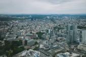 Luftaufnahme des Stadtbildes mit Wolkenkratzern und Gebäude in Frankfurt, Deutschland