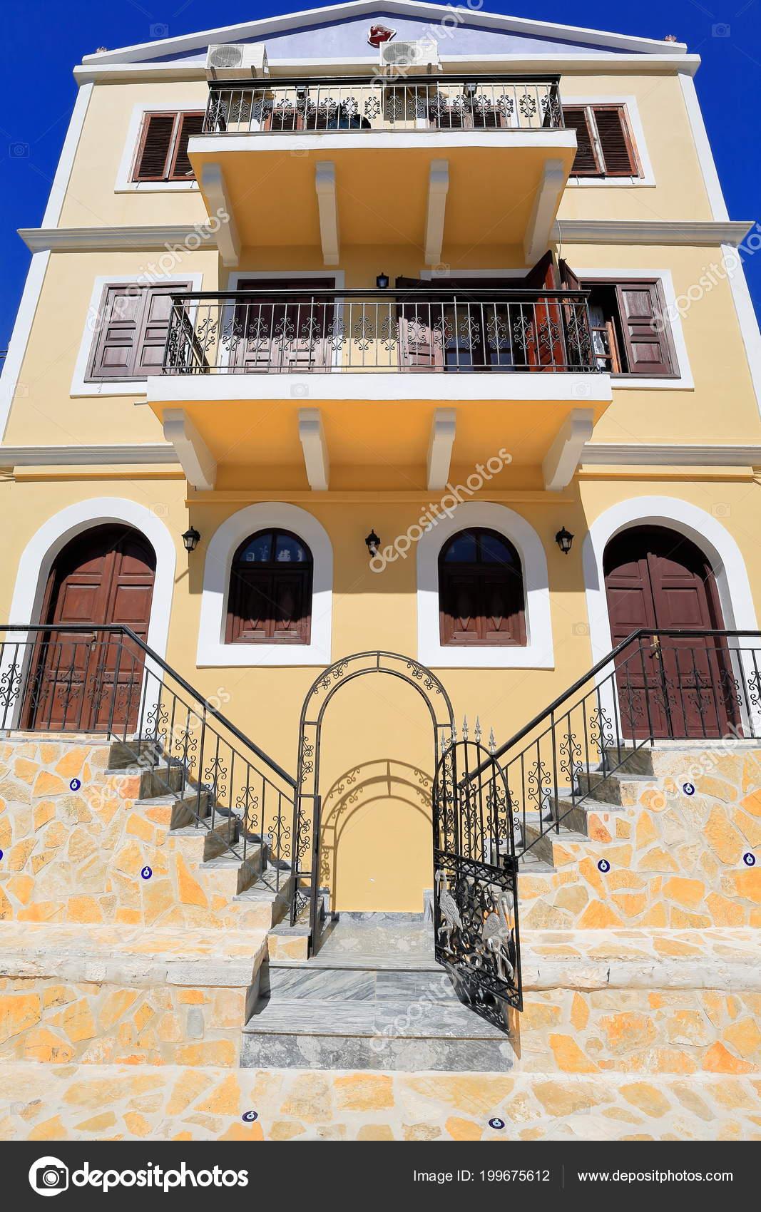 néoclassique trois Étages maison jaune avec balcon fer brun