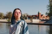 Fotografia Ritratto del primo piano di giovane donna in vestiti alla moda sul tramonto a wroclaw, Polonia