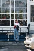 Fotografie krásná mladá žena stojící na ulici v Amsterdamu, Nizozemsko