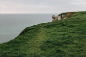 zöld rét, Etretat, Franciaország-tenger feletti sziklán