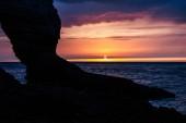 Fotografie klidný záběr ze skalnatého útesu na oblačno sunset, Etretat, Francie