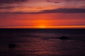 pozadí s červenými západ slunce nad mořem, Etretat, Normandie, Francie