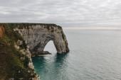 a légi felvétel a sziklás sziklákra és a tengerre, Etretat, Normandia, Franciaország