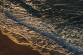 Letecký pohled na mořských vln v večer, Etretat, Normandie, Francie