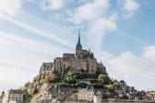 Fotografie modrá obloha nad Saint michaels mount, Normandie, Francie