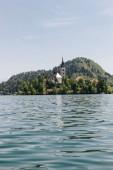 Fotografie Krásná architektura a malebné jezero v horách, bled, Slovinsko