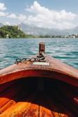 kiadványról fából készült hajó, gyönyörű, csendes hegyi tó, bled, Szlovénia