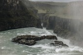 pohled z vysokého úhlu páry nad Gullfoss vodopád na Islandu