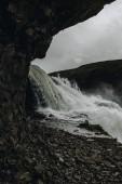 nízký úhel pohled krásného vodopádu Gullfoss protékající vysočiny na Islandu