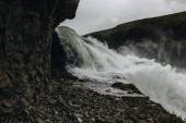 Fotografie pára nad horská řeka protékající vysočiny na Islandu