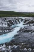 Letecký pohled na krásné Bruarfoss vodopádu na řece Bruara na Islandu