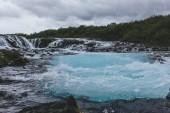 malebný pohled krásného Bruarfoss vodopádu na řece Bruara na Islandu