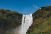 malerischer Blick auf den Wasserfall skogafoss vor strahlend blauem Himmel in Island