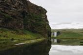 malebný pohled krásného vodopádu Skogafoss Vysočině za zatažené obloze na Islandu
