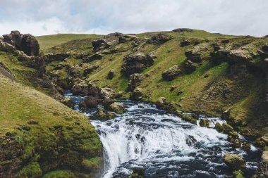 """Картина, постер, плакат, фотообои """"высокий угол зрения на красивую реку скога, протекающую через горные районы исландии постеры"""", артикул 211308746"""