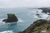 dramatický snímek hornin v modrém oceánu Arnarstapi, Island na den