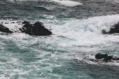 dramatický snímek oceánu vlny zřítilo na skalách