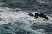dramatický snímek modrého oceánu vlny zřítilo na skalách pro pozadí