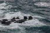 dramatický snímek oceánu vlny zřítilo na skalách pro pozadí