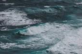 malebné letecký snímek modrého oceánu s pěnitou vlny pro pozadí