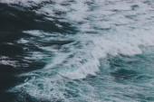 malebné shot z modrého oceánu s pěnitou vlny pro pozadí