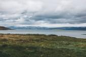 malerisch mit der grünen Wiese über große See in Island