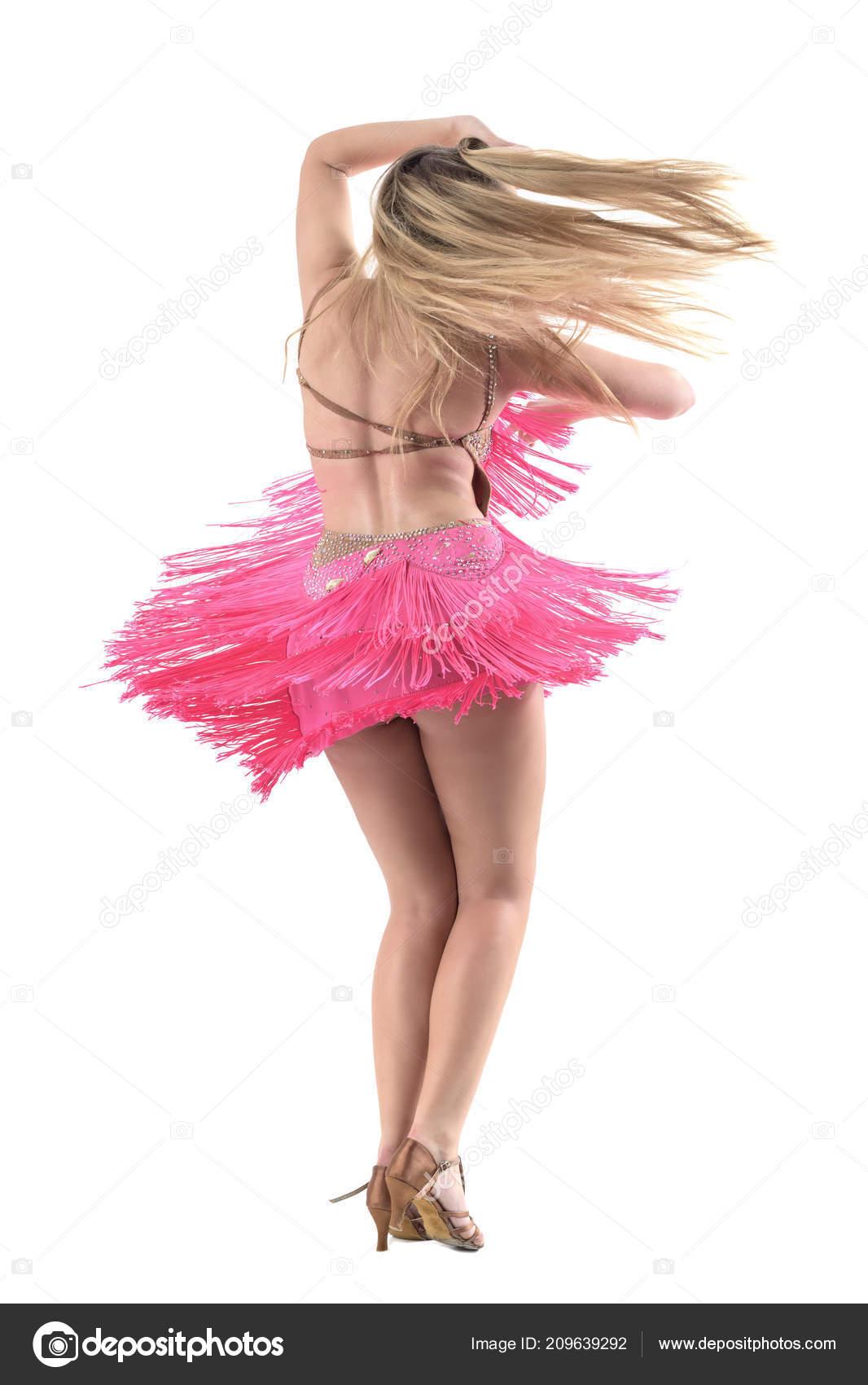 Pohyb zadní pohled latino blond ženy tančí s vlající vlasy a šaty třásněmi.  Portrét délka celého těla izolovaných na bílém studio pozadí– stock obrázky 8e3a9cb8f79
