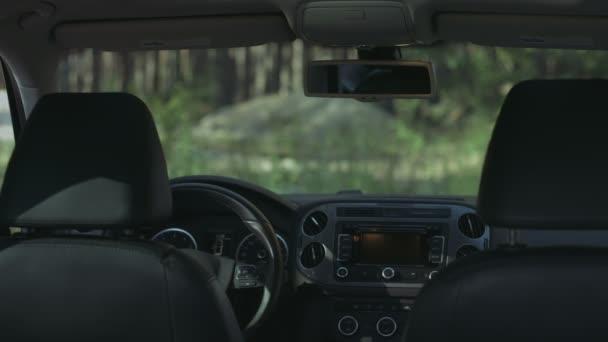 Žena používající elektronické řídicí panel v autě